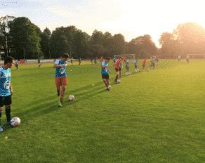 Jugendliche bei der Fußball Trickschule