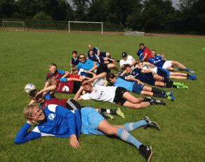 Kinder entspannen im Fußball Feriencamp